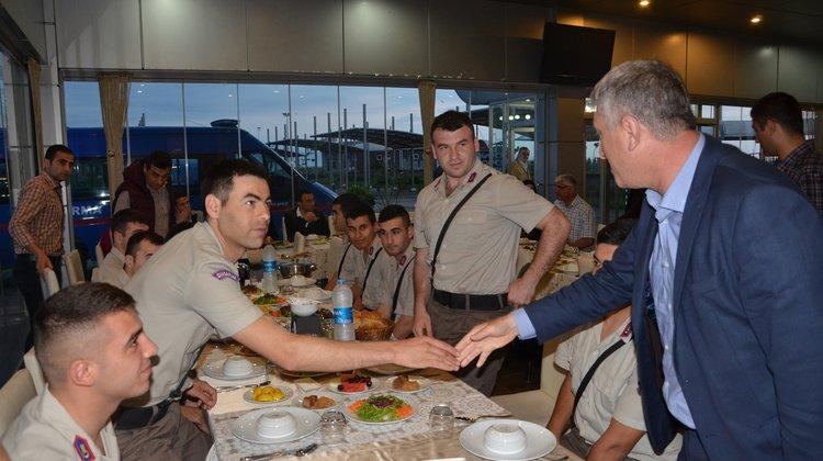 Başkan Sarıalioğlu, askerle iftarda buluştu