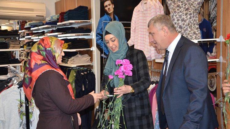 Of Belediyesi'nden Esnaf Kadınlara Karanfil