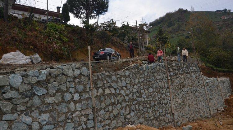 Kıyıcık Mahallesi'nde Yol güvenliği için taş duvar çalışmaları yapılıyor