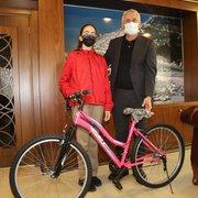 Başkan Sarıalioğlu'ndan, başarılı öğrencilere bisiklet hediyesi