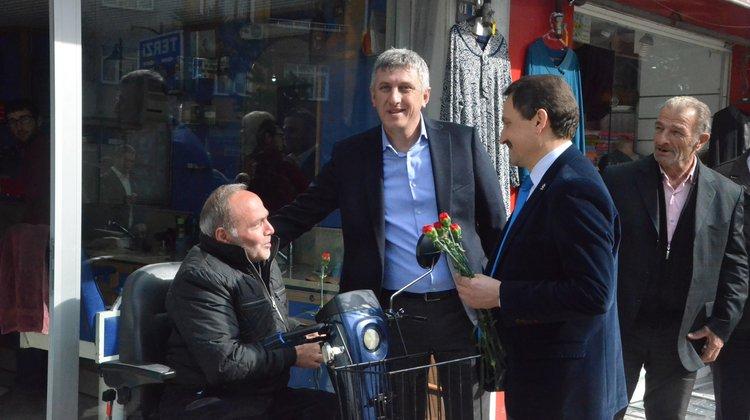 Başkan Sarıalioğlu Kadınlar Günü'nde Çiçek Dağıttı