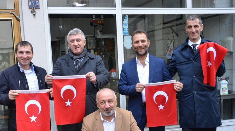 Türk Bayrağı dağıttık, esnaftan teşekkür aldık