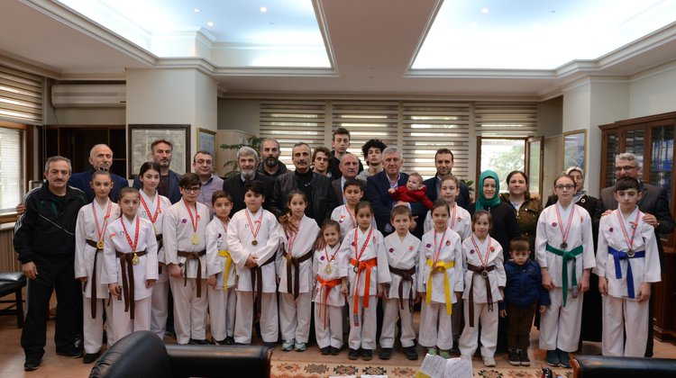 Başkan Sarıalioğlu'ndan başarılı sporculara altın