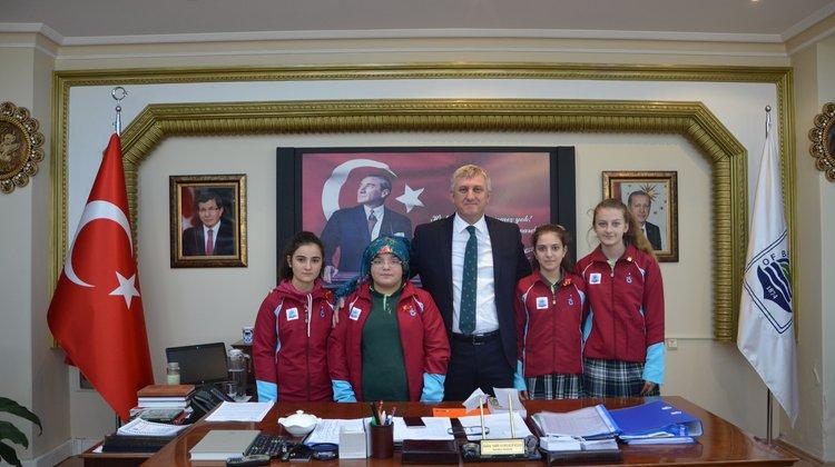 Başkan Sarıalioğlu'ndan şampiyon tenisçilere ödül