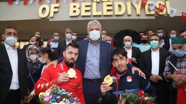 Türkiye'nin gururu olan sporcular memleketleri Of'ta coşkuyla karşılandı